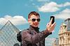 Junger Mann in Paris statt selfie vor Louvre | Stock Foto