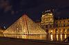 Louvre und die Pyramide in Paris, Frankreich, an nah | Stock Foto