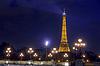 PARIS - 9. Mai: Eiffelturm und Pont Alexandre III | Stock Foto
