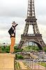 Junger Mann zeigt hipster Eiffelturm, Frankreich | Stock Foto