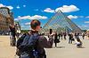 Louvre und die Pyramide in Paris, Frankreich | Stock Foto
