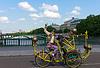 Ungewöhnliche alten Mann mit Schnurrbart auf kreative Fahrrad in | Stock Foto