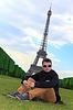 Junger Mann sitzen in der Nähe hipster Eiffelturm, Frankreich | Stock Foto