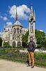 Junger Mann in Gläsern hipster Nähe der Kathedrale der Notr | Stock Foto