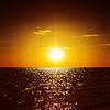 Ciemny pomarańczowy zachód słońca nad morzem | Stock Foto