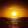 Dunkel orange Sonnenuntergang über dem Meer | Stock Foto