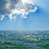Chmury w błękitne niebo nad morzem | Stock Foto