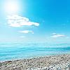 Słońce w błękitne niebo nad morzem | Stock Foto