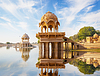 인도의 랜드 마크 - Gadisar의 LAK에 가디 사가르 사원 | Stock Foto