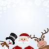 Weihnachtsmann, Schneemann und Rentier auf schneebedeckter