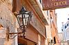 ID 4358597 | Latarnia na fasadzie hotelu w Wenecji, Włochy | Foto stockowe wysokiej rozdzielczości | KLIPARTO