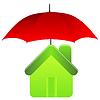 Grünes Haus unter rotem Regenschirm. Versicherungskonzept