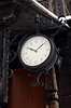 Alte Uhr hängen in der Nähe von Holzgebäude | Stock Foto
