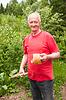 Пожилой человек получает на хип коры березы | Фото