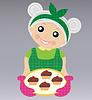 fröhlich Großmutter bereitet köstliche Dessert