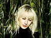 ID 4122849 | Ładna blondynka w zielonej zarośla wierzbowe | Foto stockowe wysokiej rozdzielczości | KLIPARTO