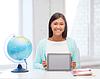 教师与地球仪和平板电脑在学校 | 免版税照片