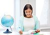 老师与地球和记事本在学校 | 免版税照片
