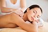 Piękna kobieta w spa posiadające masażu | Stock Foto