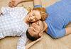 Glücklich lächelnde Paar liegen am Boden zu Hause | Stock Photo