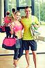 Uśmiechnięta para z butelek wody w siłowni | Stock Foto