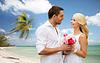 Glückliches Paar mit Blumen über Strand Hintergrund | Stock Photo