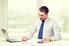 ID 4724488 | Uśmiecha się biznesmen z laptopem i dokumentami | Foto stockowe wysokiej rozdzielczości | KLIPARTO