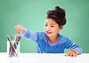 快乐的女学生与着色铅笔绘图 | 免版税照片