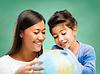 快乐的老师和学校的小女孩地球 | 免版税照片