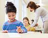 快乐的小女孩学校课堂以上背景 | 免版税照片