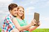 Glückliches Paar mit Tablet PC Nahme Selfie Freien | Stock Photo
