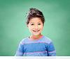 在黑板背景在学校的小女孩 | 免版税照片