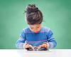 与平板电脑在学校的小女孩 | 免版税照片