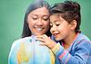 행복 교사와 글로브 작은 학교 소녀 | Stock Foto