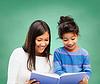 快乐的老师和小女孩上学读书书 | 免版税照片