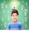 전구를 통해 작은 학교 소녀 미소 | Stock Foto
