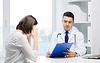 Arzt und junge Frau Sitzung im Krankenhaus | Stock Foto