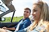 Glückliches Paar in Cabrio Auto fahren im Freien | Stock Photo