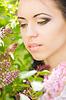 Schöne junge Brünette posiert in der Natur | Stock Foto