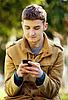 Attraktive junge Mann mit Handy | Stock Foto