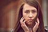 Attraktive junge Frau starrt auf Kamera | Stock Foto