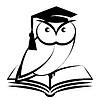 Eule mit College-Hut und Buch