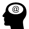 Silhouette des Kopfes mit E-Mail-Zeichen