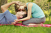 잔디에 누워 사랑 야외에서 몇   Stock Foto