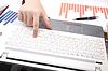 Ludzkie ręce na klawiaturze notebooka | Stock Foto