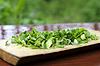 Posiekanej zielonej cebuli na pokładzie rozbioru | Stock Foto