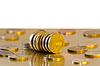 Monety są odzwierciedlające w Golden powierzchni | Stock Foto