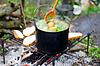 Gotowanie zupy w ogniu | Stock Foto