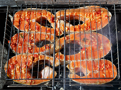 Frische Fische auf Grillen-Sticks | Foto mit hoher Auflösung |ID 4117643