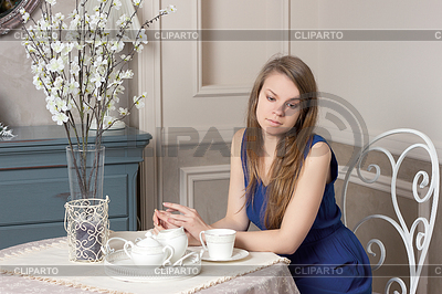 фото девушки за столом в ресторане